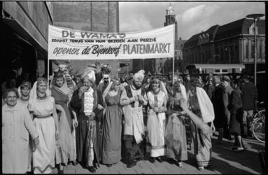 20016-77-38 Aankondiging van platenmarkt in de Bijenkorf die wordt geopend door de Wama's.