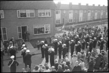 20017-2a-3a Aubade voor het huis van de 5000ste inwoner van Rozenburg in de Wethouder van Heldenstraat 47. Het betreft ...