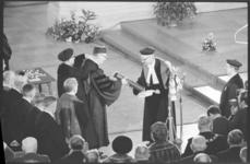 20017-33-12 Eredoctoraat uitgereikt door prof. dr. J. Tinbergen aan prof. dr. Tj.C. Koopmans op de senaatszitting ter ...