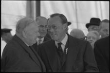 20017-37-31 Mr. dr. K.P. van de Mandele met Prins Bernhard in verband met de start van de bouw van het nieuwe ...