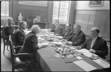 20017-38-18 Burgemeester Van Walsum (midden) met zijn wethouders en de gemeentesecretaris, vlnr. N. Zeelenberg, H. ...