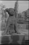 20017-73-42 Beeldje Fikkie (van Joeki Simak) geplaatst in het zgn. Hermesplantsoen op de hoek Mauritsweg-Nieuwe ...