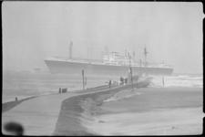 20017-74-7 Het Indonesische schip H. O. S. Tjokroaminoto is vastgelopen op Noorderpier bij Hoek van Holland.