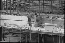 20017-84-1 Aanbrengen van een marmeren gevelplaat aan de nieuwe wand van het concertgebouw De Doelen.