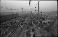 20018-25d-41 Werkzaamheden aan treinsporen over Delfshavense Schie richting Rotterdam CS. Rechts de torenspits van de ...