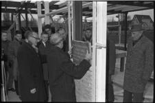20018-43-21 De eerste steen voor speeltuin De Vaan wordt gelegd door P. Burik, secretaris van Raad voor de Lichamelijk ...