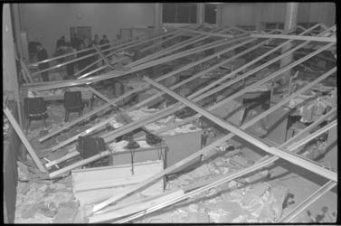 20018-60a-37 Het plafond van het postkantoor Hoogvliet aan de Middenbaan is ingestort.