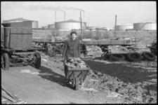 20019-20c-38 Boer Jaap Vaandrager heeft problemen met de oprukkende industrie bij Pernis o. a. de Shell-raffinaderij en ...