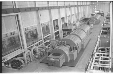 20019-57a-3 De machinehal van de elektriciteitscentrale Waalhaven.