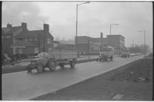 20019-67b-13 Boze boeren, die protesteren tegen te lage aardappelprijzen, rijden in een stoet op de Dorpsweg ter hoogte ...