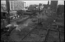 20019-69-39 Heiwerk op Schouwburgplein in verband met bouw van een ondergrondse parkeergarage met op de achtergrond de ...