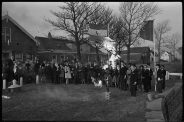 20019-88b-44 Onthulling monument voor het buurtschap Nieuwesluis door de burgemeester van Heenvliet en Geervliet, mr. ...
