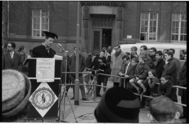 20020-13-10 Luc Lutz spreekt studenten toe voor de bibliotheek aan de Botersloot in het kader van de opening van de ...