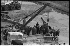 20020-4-2 Verplaatsing door firma Verhagen van het monument 'De Vallende Ruiter' van Marino Marini van het Zuidplein ...