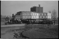 20020-4-40 Verplaatsing, door firma Stoof van expositiezaaltje (Paalzaal), van de Rotterdamse Kunststichting van de ...