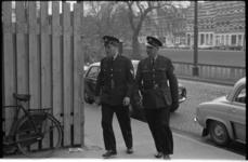 20021-16-39 Aankomst gedagvaarde agent J.H. Kraayenveld (links) bij het gerechtsgebouw aan de Noordsingel, hij zal ...