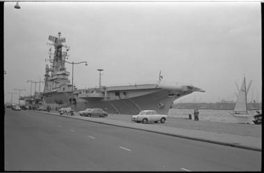 20021-2 Vliegdekschip Hr. Ms. Karel Doorman aan de Parkkade.