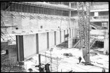 20021-27 Kapspant concertgebouw De Doelen in de takels. Het is de eerste spant die gemonteerd gaat worden op het ...