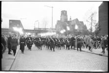20021-46-15 De Marinierskapel paradeert tijdens dodenherdenking in de Hoogstraat, richting Oostplein. Op de achtergrond ...