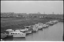 20021-84-30 Jachthaventje bij Hoogvliet langs de Oude Maas. Op de achtergrond de wijk Westpunt.