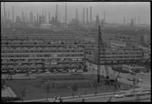 20021-84b-27 Huizenbouw wijk Nieuw Engeland (in de volksmond Oliebuurt) Hoogvliet met op de achtergrond de schoorstenen ...