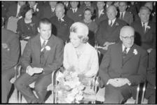 20022-77 Prinses Beatrix, hier naast burgemeester Van Walsum, woont in het Rijnhotel de algemene vergadering van de ...