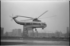 20023-43-4 Door Sabena geleende helikopter, de S-61 van BEA, landt op Heliport aan de Katshoek; met doorkijk naar de ...