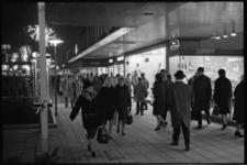 20023-82b-18 Drukte op de Lijnbaan in verband met de koopavond.