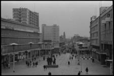 20024-51c-27 Overzicht Stadhuisplein vanaf stadhuis Coolsingel, richting Korte Lijnbaan. Op het plein het Monument voor ...