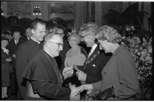 20025-71-34 Felicitaties namens de rooms-katholieke kerk door bisschop M.A. Jansen tijdens receptie bij de nieuwe ...