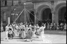 20025-84-10 Dansgroep Les Enfants d'Aurasio uit Frankrijk voeren voor het stadhuis tradionele dans uit voor een ...