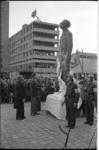 20026-5-15 Prins Bernhard onhult op het Kruisplein het monument Ongebroken verzet (ontwerp H.C.M. van Lith).