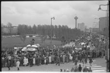 20026-9-1 Feestelijke optocht over de Wytemaweg in verband met bevrijdingsdag. Op de achtergrond de Euromast.