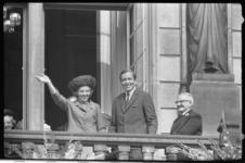20028-19-44 Prinses Beatrix met haar verloofde Claus von Amsberg op balkon van het stadhuis.