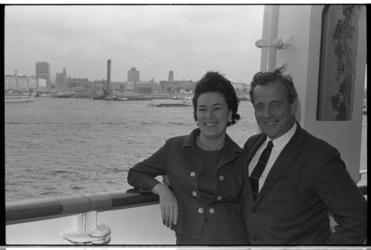 20028-54-19 Aan boord van het passagiersschip ss. Rotterdam arriveert schrijver Jan de Hartog samen met echtgenote ...