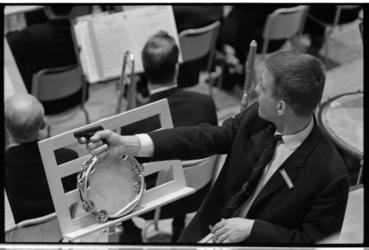 20029-36-18 Akoestische proeven in nieuwe concertgebouw De Doelen met alarmpistool en tamboerijn.