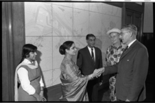 20029-51-42 Indiase ambassadeur Rajkumar Ragunath Sinha met gezin brengt kennismakingsbezoek aan burgemeester Wim ...