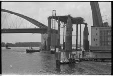 20029-63-5 Booreiland Kermac 58 vaart door geopende klappen van de Van Brienenoordbrug voortgetrokken door de slepers ...