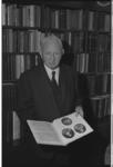 20029-71-42a Genealoog W. A. van Rijn woont aan de Burgemeester Meineszlaan en beheert tienduizend doopcelen.