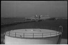 20029-91-3 Het passagiersschip 'Rotterdam' van de Holland-Amerika Lijn, afgemeerd in Europoort met 750 genodigden, ter ...