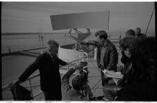 20029-98-30 Cineast Joris Ivens (links) bij de radarinstallatie langs de Nieuwe Waterweg met cameraman Ed van de Enden ...
