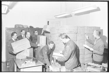 20030-21-21 Douanerecherche (surveillancedienst Invoerrechten en Accijnzen) met partij gesmokkelde sigaretten aan boord ...