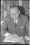 20030-54-19 Dr. P.J. van der Schaar, hoofd psychiatrische afdeling van ziekenhuis Dijkzigt, gaat met pensioen.
