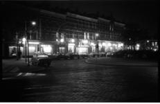 20031-20-17 Avondfoto Katendrecht, Deliplein met verlichte cafe's.