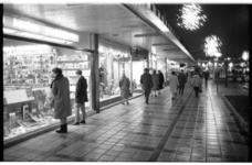 20031-93-13 Drukte bij de winkels op de Lijnbaan in verband met de komende feestdagen.