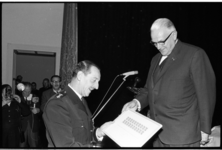 20032-14 Generaal-majoor J.G.M. Nass van het Korps Mariniers krijgt eerste herdenkingszegel uitgereikt te ere van het ...