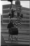 20032-18-35 Dame met kinderwagen op zebra (oversteekplaats) Blaak met op de achtergrond de Jan Prinsschool en de toren ...