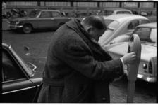 20032-4-29 Een automobilist moet nog erg wennen aan de parkeermeters.