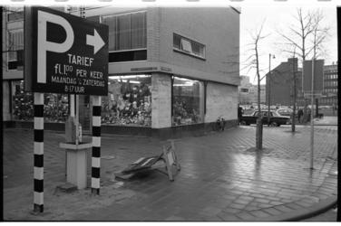 20032-5-37 Parkeersituatie binnenstad bij hoek Karel Doormanstraat-Crispijnstraat met doorkijk naar De Bijenkorf.