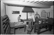 20033-16-13-13 De 23-jarige Huibert van den Berg heeft de leiding in de tingieterij van het Zakkendragershuisje in ...